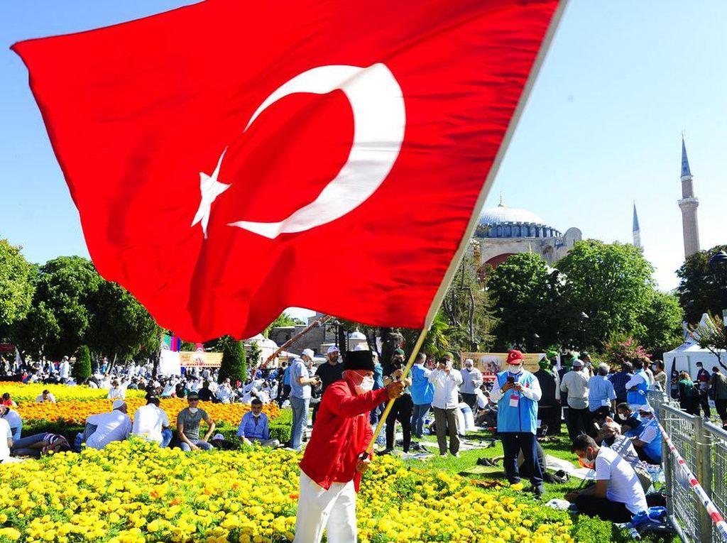 Bahagianya Warga Turki Bisa Jumatan di Masjid Hagia Sophia