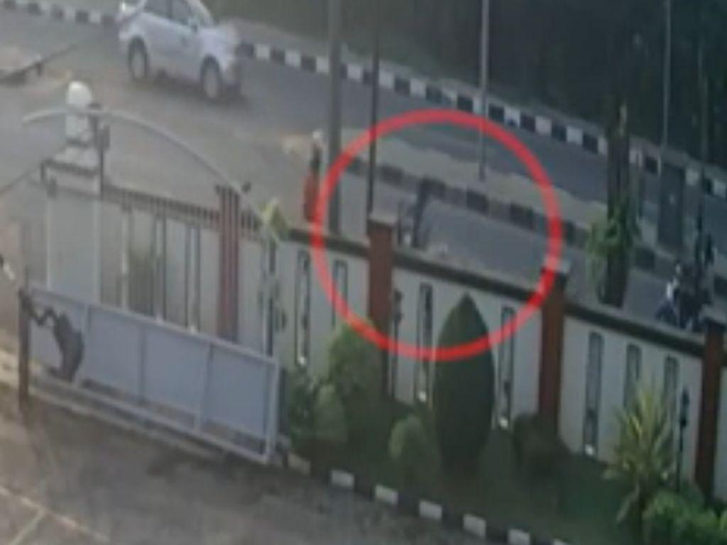 Detik-detik Satpam PT Banten Ditabrak Pemotor Berkecepatan Tinggi