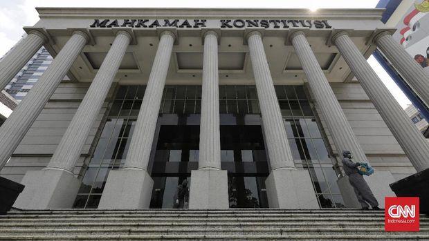 Petugas menyemprotkan cairan disinfektan ke sejumlah ruangan Gedung Mahkamah Kosntitusi. Jakarta, Jumat, 24 Juli 2020. Mahkamah Konstitusi (MK) memutuskan untuk menunda semua jadwal persidangan sementara waktu mulai Senin (27/7), guna melakukan sterilisasi menyeluruh sebagai upaya mencegah dan mengurangi penyebaran Covid-19. CNN Indonesia/Adhi Wicaksono