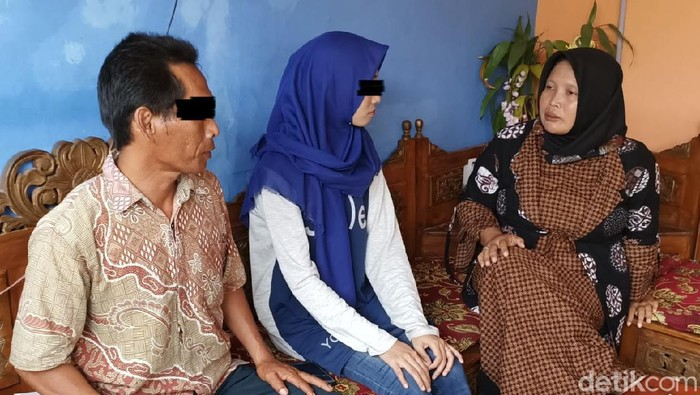 Titik bersama ayahnya di rumah tempatnya mengungsi, Kendal, Jumat (24/7/2020).