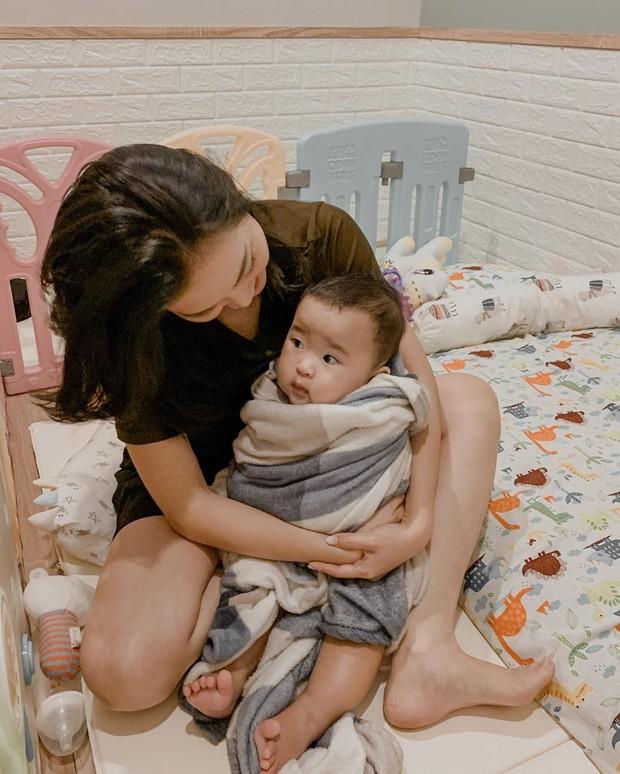 habis mandi, baby Kanaya langsung dipeluk mama Juliana nih