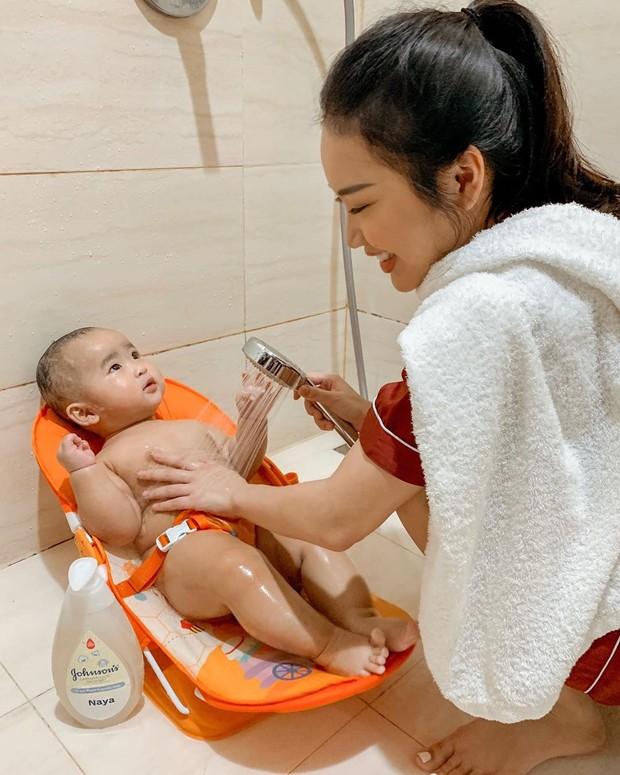 memandikan bayi sudah menjadi rutinitas mama Juliana nih