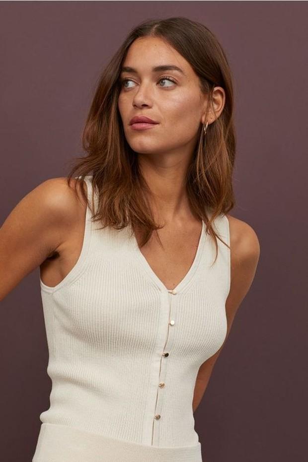 Model outfit rajut dengan berbagai model bisa jadi pilihan saat cuaca panas.