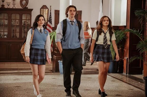 Elle dan Noah harus menjalani hubungan jarak jauh lantaran Noah harus melanjutkan pendidikan ke Harvard University.