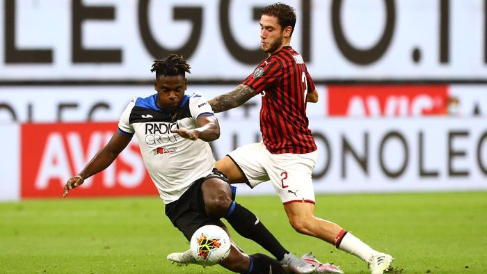 MILAN, ITALY - JULY 24:  Duvan Zapata of Atalanta BC is challenged by Davide Calabria of AC Milan during the Serie A match between AC Milan and Atalanta BC at Stadio Giuseppe Meazza on July 24, 2020 in Milan, Italy.  (Photo by Marco Luzzani/Getty Images)