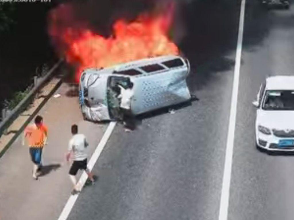 Aksi Heroik Pria Selamatkan Tiga Orang di Dalam Mobil yang Terbakar