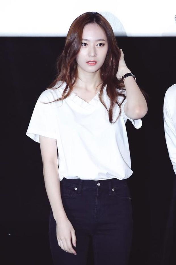 Krystal Memakai Kaos V-Neck