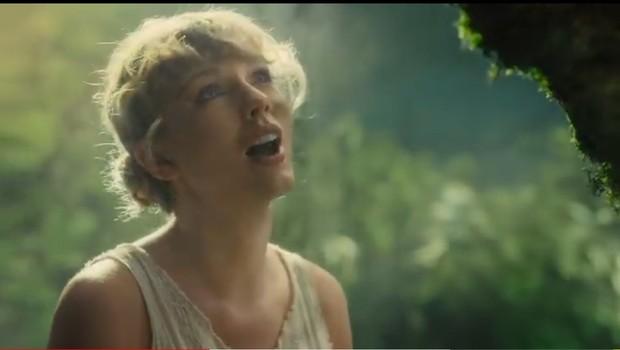 Dalam video klip Cardigan, Taylor tampil sederhana. Ia merias wajah dan menata rambutnya sendiri.
