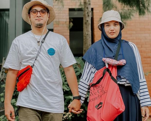 Istri Ricky Harun ini berhasil menyelesaikan kuliahnya setelah menikah