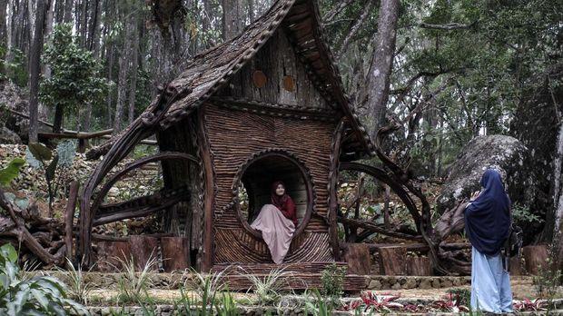 Wisatawan mengunjungi obyek wisata kawasan Hutan Pinus Mangunan di Bantul, DI Yogyakarta, Rabu (22/7/2020). Kementerian Pariwisata dan Ekonomi Kreatif menggelar gerakan Bersih, Indah, Sehat dan Aman (Bisa) secara serentak di 13 destinasi wisata seluruh DI Yogyakarta dengan memberdayakan 600 pelaku pariwisata dan ekonomi kreatif yang terdampak ekonominya selama pandemi COVID-19 agar dapat beradaptasi menuju tatanan kehidupan baru di sektor pariwisata, salah satunya kawasan hutan Pinus Mangunan. ANTARA FOTO/Hendra Nurdiyansyah/foc..