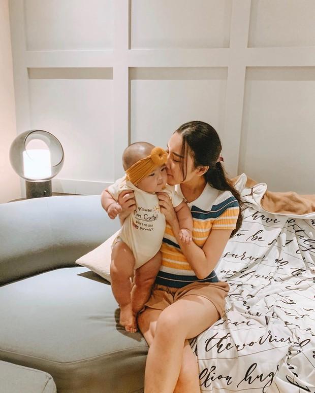 lagi-lagi mama Juliana mencium baby Kanaya yang teramat menggemaskan itu