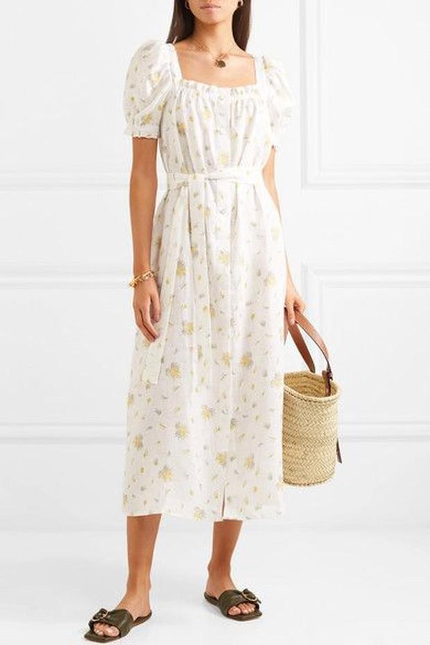 Baju tidur ini dibuat semirip mungkin dress dan membuat tampilan menjadi manis.