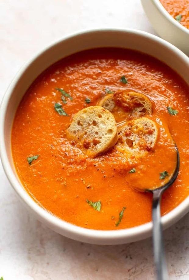 Tambahkan keju cheddar atau roti untuk melengkapi sup keto ini.