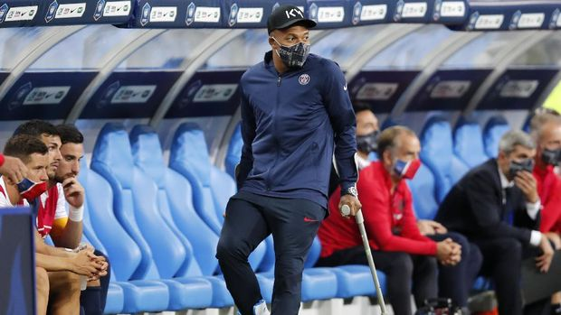 PSG's Kylian Mbappe walks using crutches after being injured during the French Cup soccer final match between Paris Saint Germain and Saint Etienne at Stade de France stadium, in Saint Denis, north of Paris, Friday July 24, 2020. (AP Photo/Francois Mori)