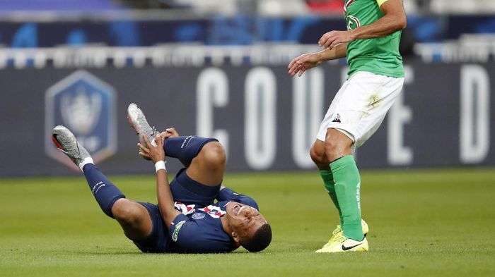 PSGs Kylian Mbappe, left, shouts in pain after being tackled by Saint-Etiennes Loic Perrin, right, during the French Cup soccer final match between Paris Saint Germain and Saint Etienne at Stade de France stadium, in Saint Denis, north of Paris, Friday July 24, 2020. (AP Photo/Francois Mori)