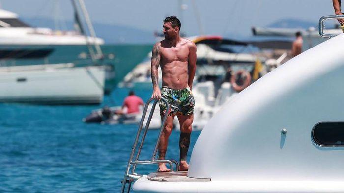 Lionel Messi pergi berlibur ke Pulau Ibiza, Spanyol, usai kompetisi LaLiga 2019/2020 berakhir.