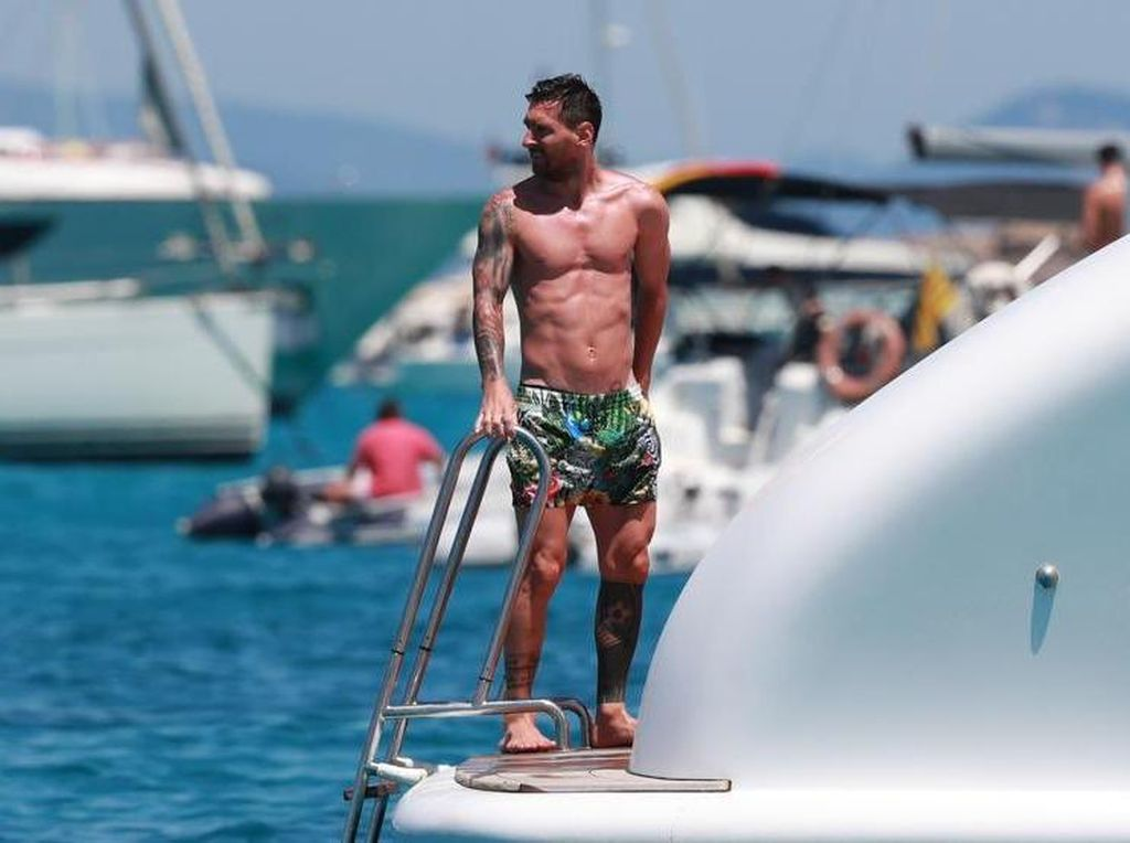 Byur! Lionel Messi Asyik Berlibur di Tengah Laut