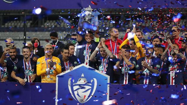 PSG's captain Thiago Silva, center, and his teammates lift a trophy for winners of the French Cup soccer final match between Paris Saint Germain and Saint Etienne at Stade de France stadium, in Saint Denis, north of Paris, Friday July 24, 2020. (AP Photo/Francois Mori)
