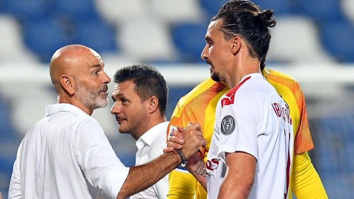 REGGIO NELLEMILIA, ITALY - JULY 21: Stefano Pioli head coach of AC Milan and Zlatan Ibrahimovic of AC Milan celebrate the victory after the Serie A match between US Sassuolo and AC Milan at Mapei Stadium - Città del Tricolore on July 21, 2020 in Reggio nellEmilia, Italy. (Photo by Alessandro Sabattini/Getty Images)