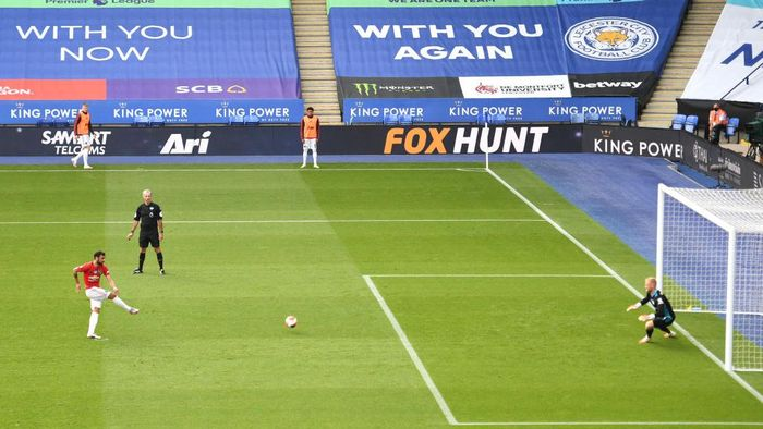 LEICESTER, ENGLAND - JULY 26: Bruno Fernandes of Manchester United scores the opening goal from the penalty spot during the Premier League match between Leicester City and Manchester United at The King Power Stadium on July 26, 2020 in Leicester, England.Football Stadiums around Europe remain empty due to the Coronavirus Pandemic as Government social distancing laws prohibit fans inside venues resulting in all fixtures being played behind closed doors. (Photo by Oli Scarff/Pool via Getty Images)