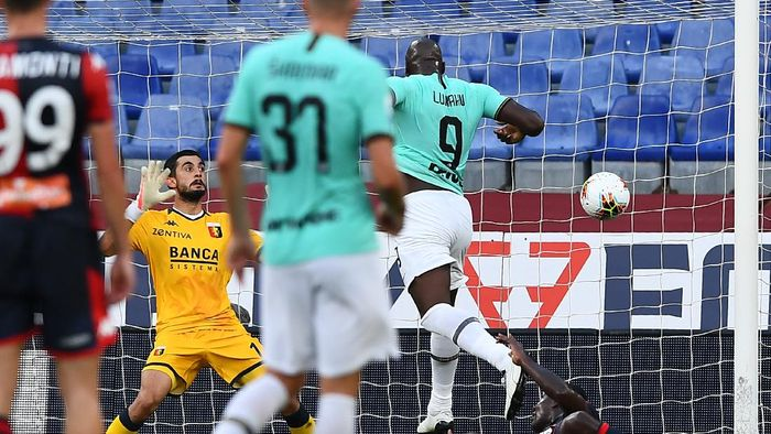 GENOA, ITALY - JULY 25: Romelu Lukaku of Inter (2nd from right) scores a goal during the Serie A match between Genoa CFC and  FC Internazionale at Stadio Luigi Ferraris on July 25, 2020 in Genoa, Italy. (Photo by Paolo Rattini/Getty Images)