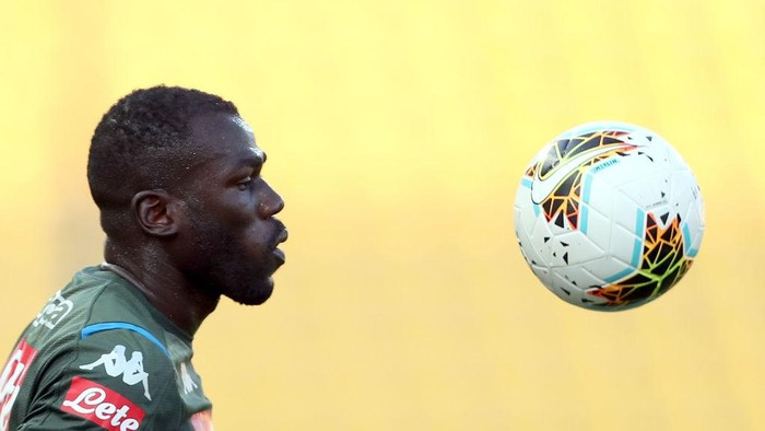 PARMA, ITALY - JULY 22: Kalidou Koulibaly of SSC Napoli eyes the ball during the Serie A match between Parma Calcio and SSC Napoli at Stadio Ennio Tardini on July 22, 2020 in Parma, Italy.  (Photo by Gabriele Maltinti/Getty Images)