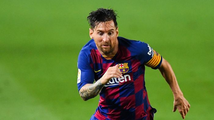 BARCELONA, SPAIN - JULY 16: Lionel Messi of FC Barcelona runs with the ball during the Liga match between FC Barcelona and CA Osasuna at Camp Nou on July 16, 2020 in Barcelona, Spain. (Photo by David Ramos/Getty Images)