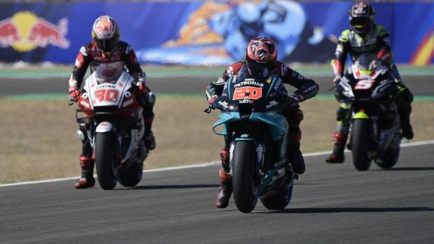 (L-R) Petronas Yamaha SRT's French rider Fabio Quartararo, LCR Honda IDEMITSU's Japanese rider Takaaki Nakagami and Reale Avintia Racing's French rider Johann Zarco take part in the third MotoGP free practice session of the Andalucia Grand Prix at the Jerez race track in Jerez de la Frontera on July 25, 2020. (Photo by JAVIER SORIANO / AFP)