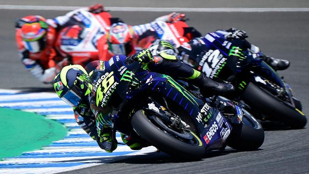 Monster Energy Yamaha's Italian rider Valentino Rossi (C) competes in the MotoGP race during the Andalucia Grand Prix at the Jerez race track in Jerez de la Frontera on July 26, 2020. (Photo by JAVIER SORIANO / AFP)