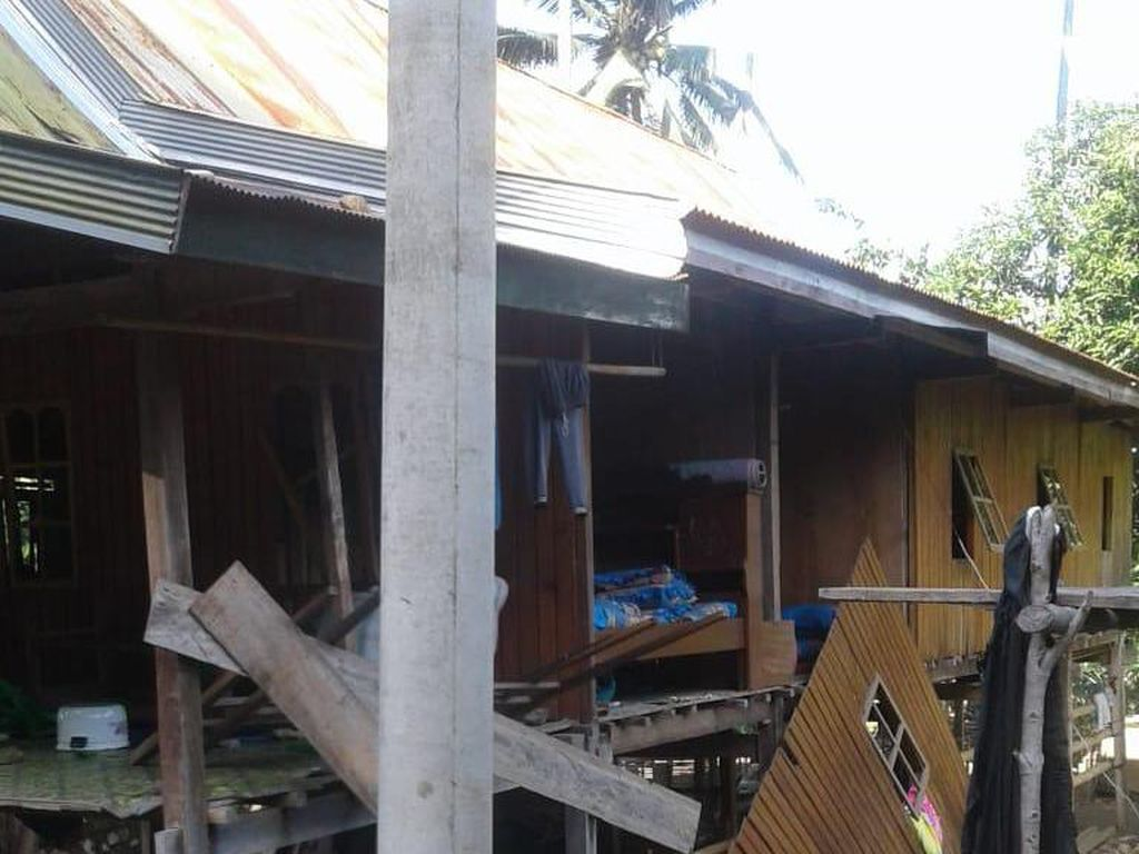 Rumah Tersangka Kasus Pembunuhan Kakak-Adik di Kolaka Dirusak