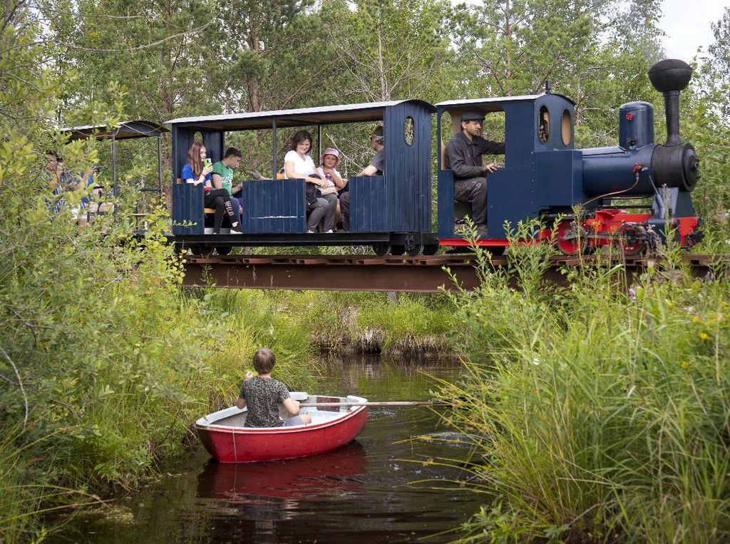 Yuk! Berputar-putar dengan Kereta Uap Kuno di Rusia
