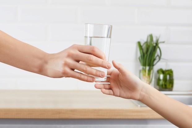 Minum air putih yang cukup dapat membantu mengobati sakit kepala.