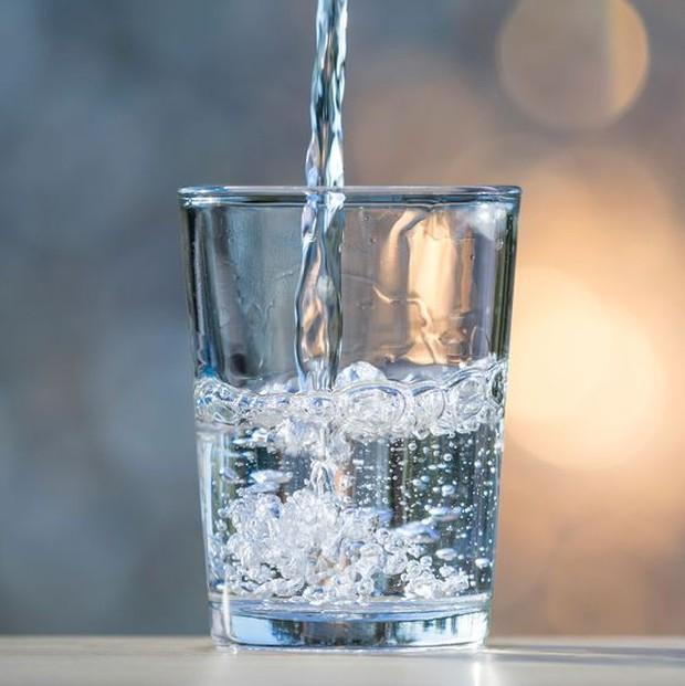 Mengkonsumsi air putih dapat memudarkan strechmark