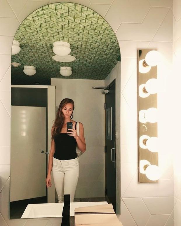 Memperlihatkan desain kamar mandi yang lucu hingga elegan.