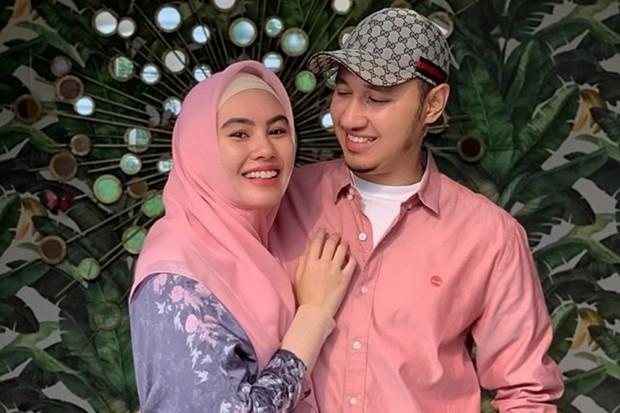tak lama setelah berhijab, artis Indonesia Kartika Putri dipersunting seorang uztaz, Usman bin Yahya