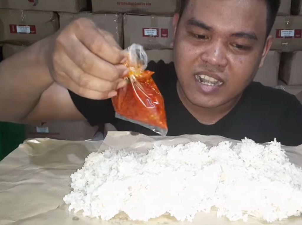 Kisah Kuli Bangunan Mukbang Makanan Sederhana, Nasi Plus Sambal