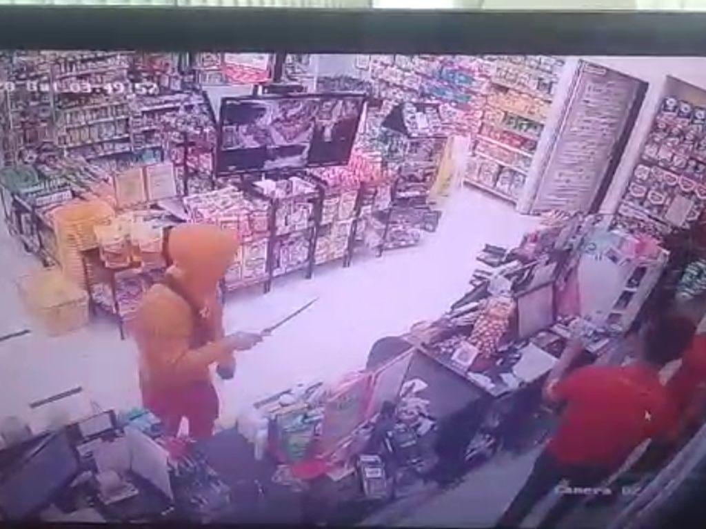 Terekam CCTV, Komplotan Perampok Minamarket di Kuningan Diburu Polisi