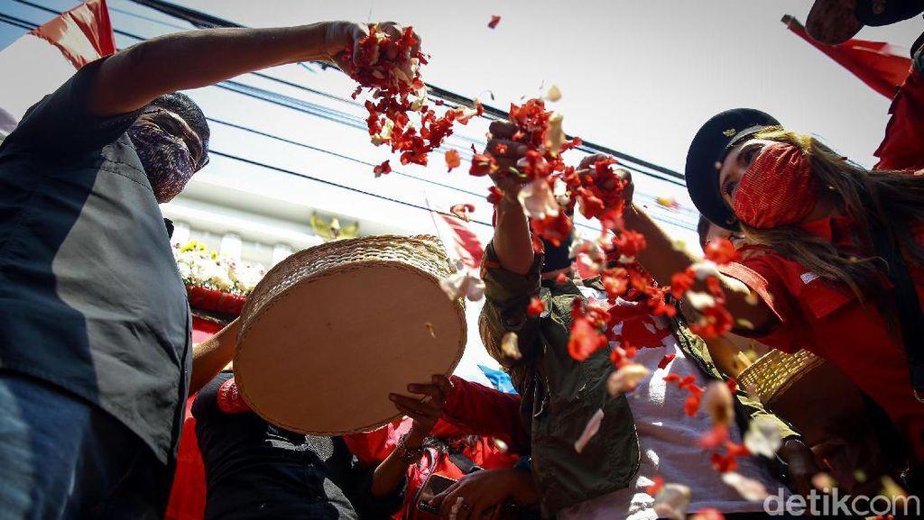 Aksi Tabur Bunga Warnai Peringatan Kudatuli di Kantor PDIP