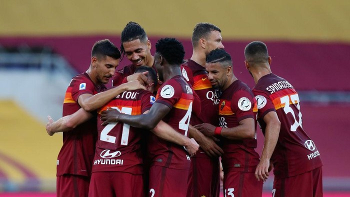 ROME, ITALY - JULY 26:  Jordan Veretout with his teammates of AS Roma celebrates after scoring the opening goal from penalty spot during the Serie A match between AS Roma and ACF Fiorentina at Stadio Olimpico on July 26, 2020 in Rome, Italy.  (Photo by Paolo Bruno/Getty Images)