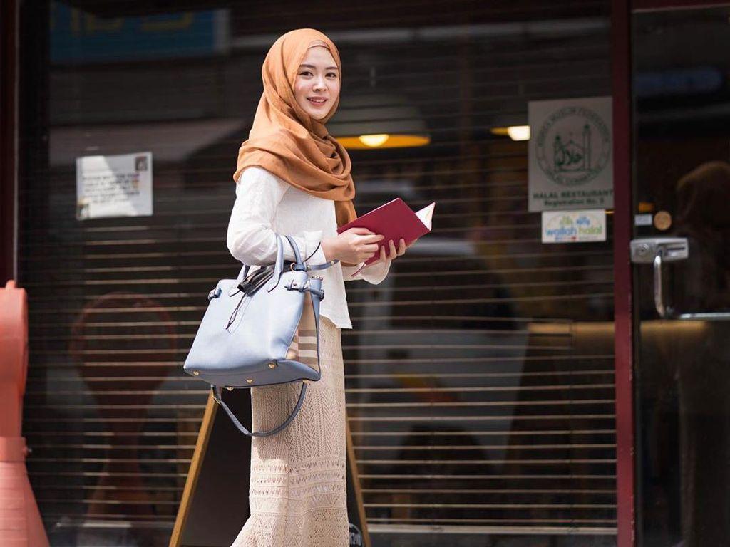 Ayana Moon Jawab Tudingan Pakai Sepatu di Masjid Istiqlal