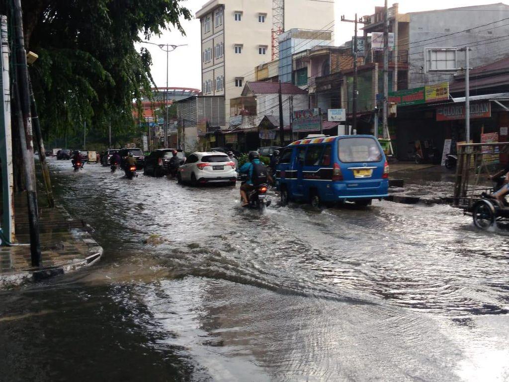 Diguyur Hujan Deras, Sejumlah Ruas Jalan di Medan Terendam Banjir