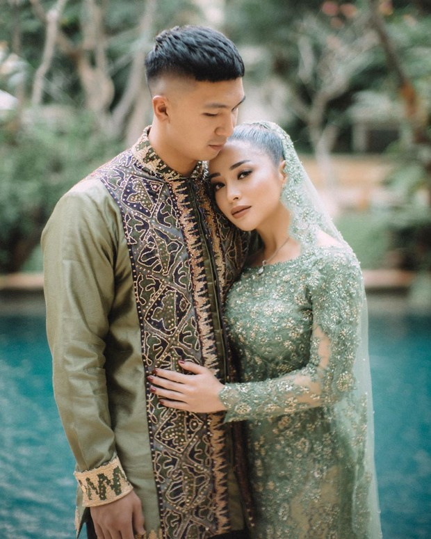 Nikita Willy akhirnya resmi dilamar sang kekasih,Indra Priawan. Dalam momen lamaran itu,Keduanya tampil serasi dan elegan mengenakan busana berwarna hijau.