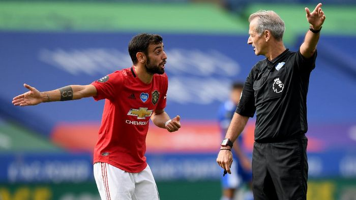 LEICESTER, ENGLAND - JULY 26: Bruno Fernandes of Manchester United argues with Referee Martin Atkinson during the Premier League match between Leicester City and Manchester United at The King Power Stadium on July 26, 2020 in Leicester, England.Football Stadiums around Europe remain empty due to the Coronavirus Pandemic as Government social distancing laws prohibit fans inside venues resulting in all fixtures being played behind closed doors. (Photo by Michael Regan/Getty Images)
