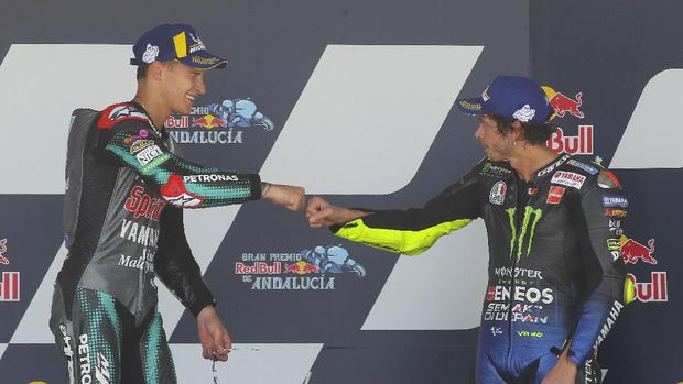 Fabio Quartararo of France, left and Valentino Rossi of Italy touch fists after Quartararo won the race with Rossi finishing 3rd during the MotoGP race during the Andalucia Motorcycle Grand Prix at the Angel Nieto racetrack in Jerez de la Frontera, Spain, Sunday July 26, 2020. (AP Photo/David Clares)