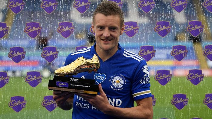 LEICESTER, ENGLAND - JULY 26: Jamie Vardy of Leicester City  poses with the Golden Boot award after the Premier League match between Leicester City and Manchester United at The King Power Stadium on July 26, 2020 in Leicester, England.Football Stadiums around Europe remain empty due to the Coronavirus Pandemic as Government social distancing laws prohibit fans inside venues resulting in all fixtures being played behind closed doors. (Photo by Michael Regan/Getty Images)