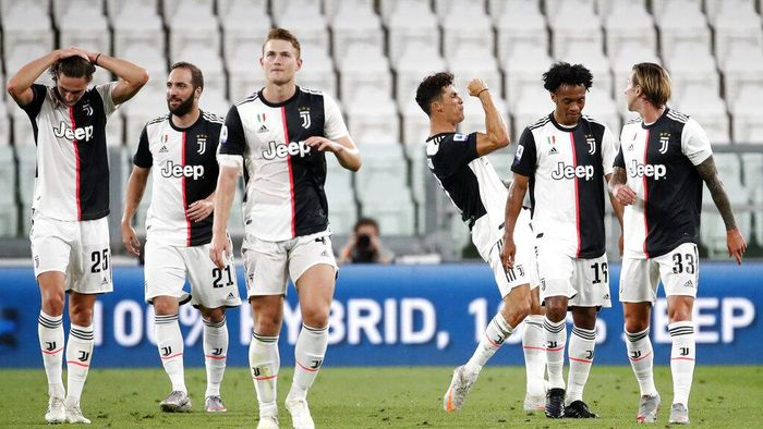 Juventus Cristiano Ronaldo, third right, celebrates after scoring his teams first goal during the Serie A soccer match between Juventus and Sampdoria at the Allianz stadium in Turin, Italy, Sunday, July 26, 2020. (AP Photo/Antonio Calanni)