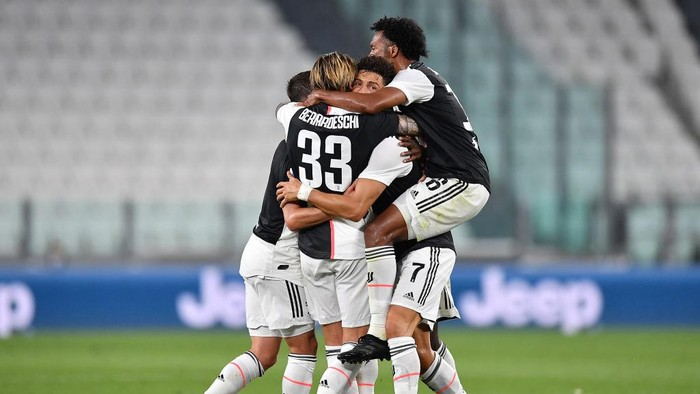 TURIN, ITALY - JULY 26:  Cristiano Ronaldo (C) of Juventus celebrates the opening goal  with team mates during the Serie A match between Juventus and  UC Sampdoria at Allianz Stadium on July 26, 2020 in Turin, Italy.  (Photo by Valerio Pennicino/Getty Images)