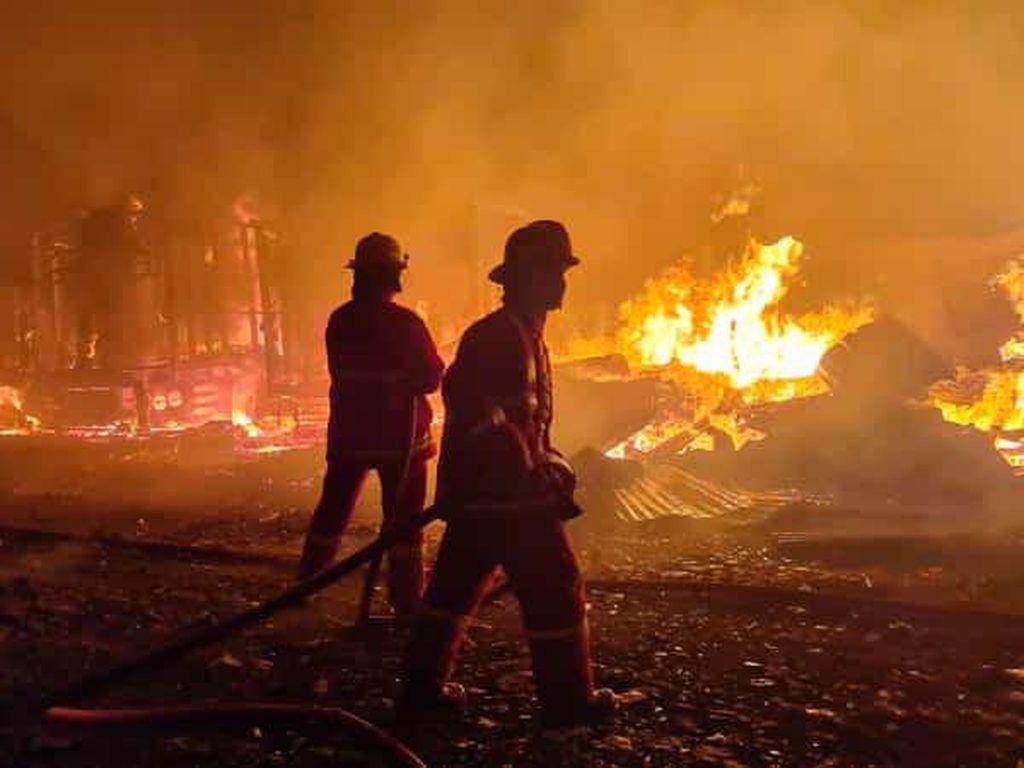 Kebakaran Tempat Pemotongan Kayu di Bogor Hanguskan 3 Mobil