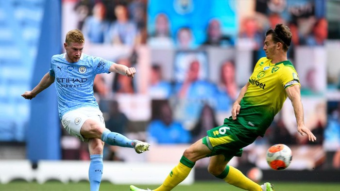 MANCHESTER, ENGLAND - JULY 26: Kevin De Bruyne of Manchester City plays the ball past Christoph Zimmermann of Norwich City during the Premier League match between Manchester City and Norwich City at Etihad Stadium on July 26, 2020 in Manchester, England.Football Stadiums around Europe remain empty due to the Coronavirus Pandemic as Government social distancing laws prohibit fans inside venues resulting in all fixtures being played behind closed doors. (Photo by Peter Powell/Pool via Getty Images)