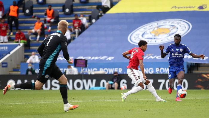 LEICESTER, ENGLAND - JULY 26: Jesse Lingard of Manchester United scores his sides second goal during the Premier League match between Leicester City and Manchester United at The King Power Stadium on July 26, 2020 in Leicester, England.Football Stadiums around Europe remain empty due to the Coronavirus Pandemic as Government social distancing laws prohibit fans inside venues resulting in all fixtures being played behind closed doors. (Photo by Carl Recine/Pool via Getty Images)